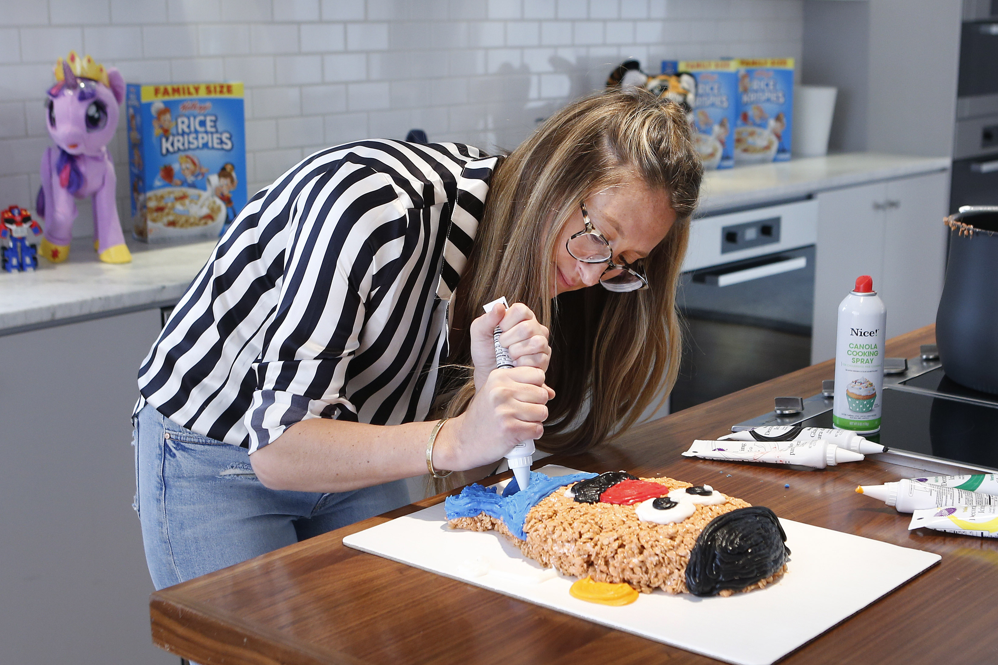 "Misterkrisp demonstrates how to make a Kellogg's Rice Krispies treat for the ""Treats 4 Toys"" program, Wednesday, Nov. 29, 2017 in New York. (Jason DeCrow/AP Images for Kellogg's)"